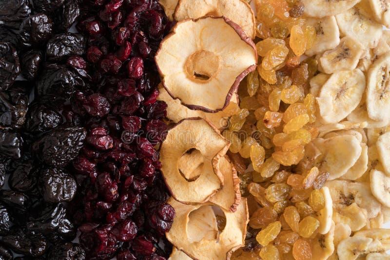 Wysuszony - owocowy tło Śliwki, cranberries, jabłka, rodzynki, bannanas Odgórny widok obrazy royalty free