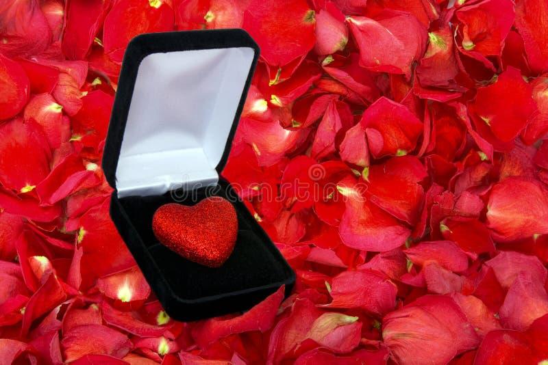 Wysuszony różany płatka tło z błyskotliwości sercem w pudełku fotografia royalty free