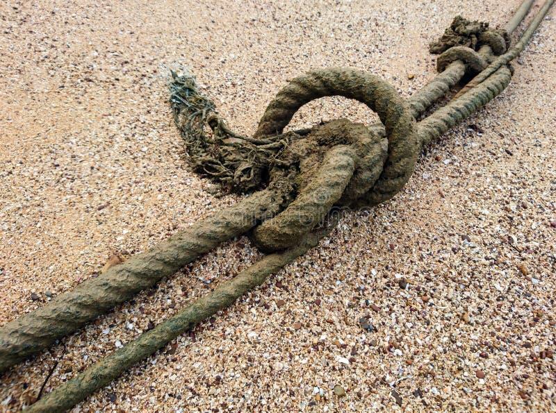 Wysyłać łódkowatą arkanę na piasek plaży obraz royalty free