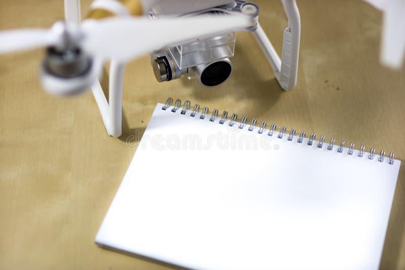 Wysyła latanie i akcesoria na drewnianym stole Trutnia notatnik fotografia royalty free