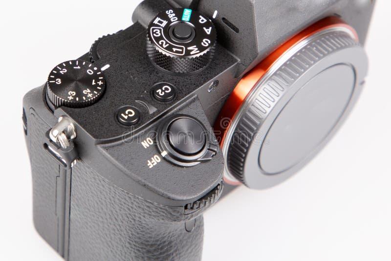 Wyszczególnia cyfrową kamerę w górę obiektywu w białym tle bez zdjęcie stock