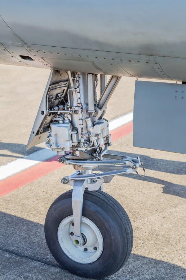 Wyszczególnia część koło i hamulcowy system myśliwa samolot wojskowy zdjęcia stock