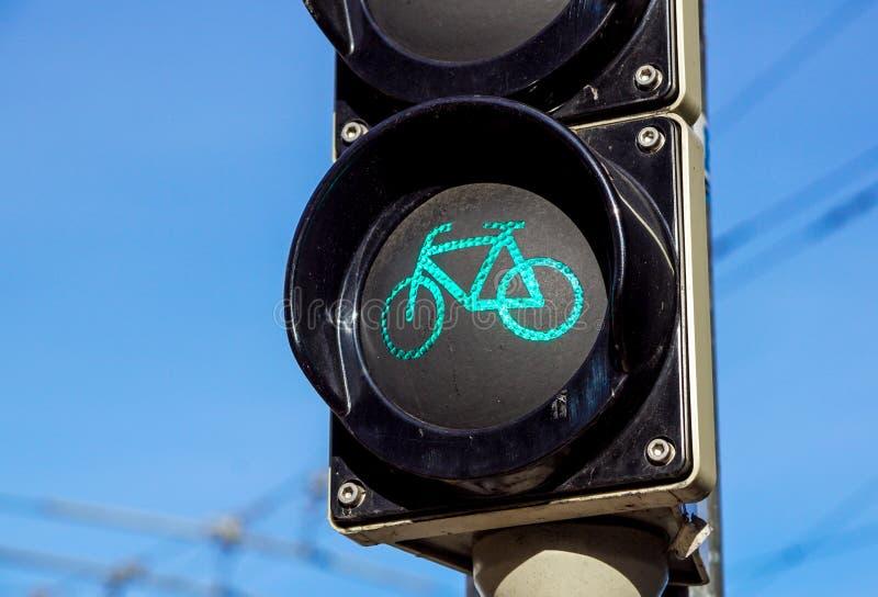 Wyszczególnia strzał z rowerowym światła ruchu wyłaczającym zielony colour zdjęcie royalty free