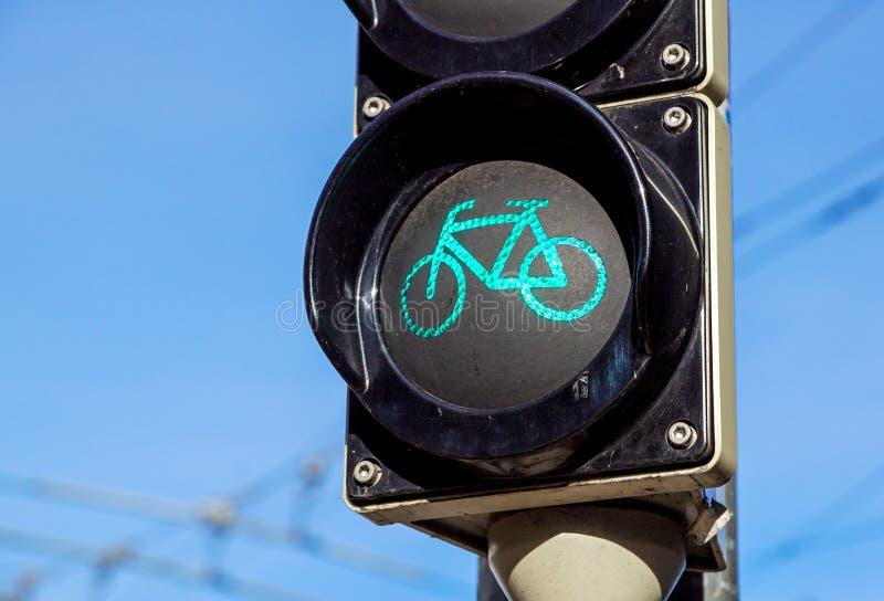 Wyszczególnia strzał z rowerowym światła ruchu wyłaczającym zielony colour zdjęcie stock