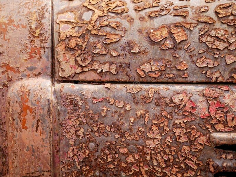 Wyszczególnia up i zamyka rdza na samochodowym metalu z łupaniem, obecnością rdza i korodowaniem, piękny abstrakcjonistyczny tło zdjęcie royalty free