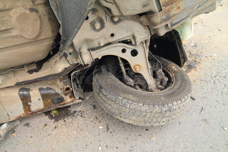 Wyszczególnia wywróconego po wypadku z parowozowego oleju samochodowymi smugami obrazy royalty free