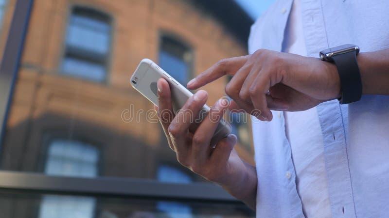 Wyszukujący Online na Smartphone, Trwanie Młody Czarny Męski projektant zdjęcie royalty free