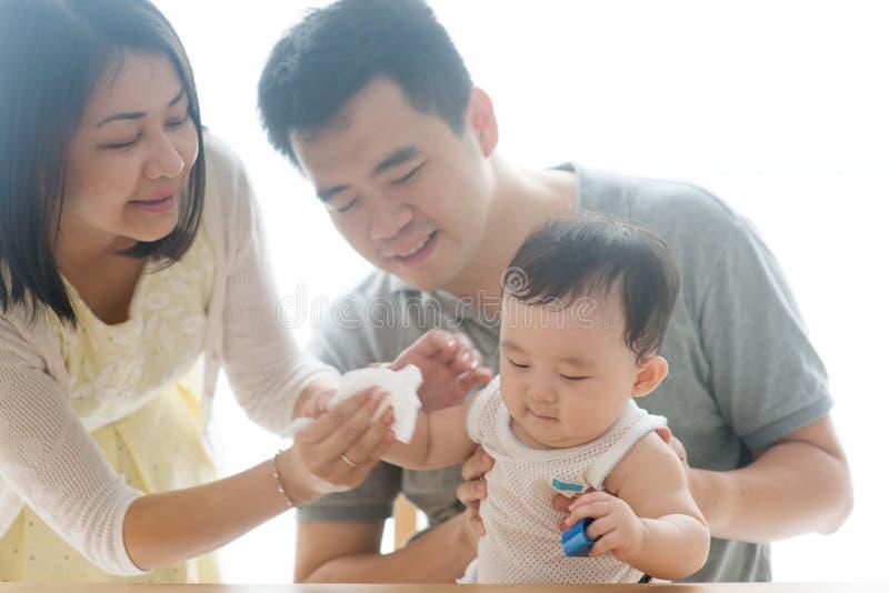 Wytarcia dziecka ręka z tkanką zdjęcia royalty free