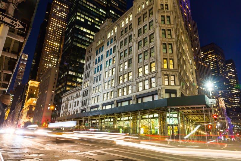 Wytrzymałość shooying na Miasto Nowy Jork nocy drodze obrazy stock