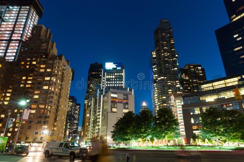 Wytrzymałość shooying na Miasto Nowy Jork nocy ulicie obrazy stock