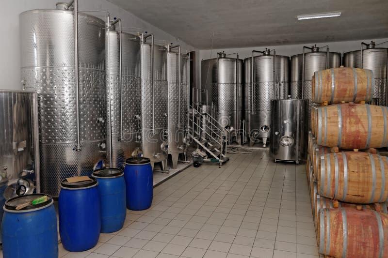 Download Wytwórnia win w fabryce zdjęcie stock. Obraz złożonej z loch - 41954048
