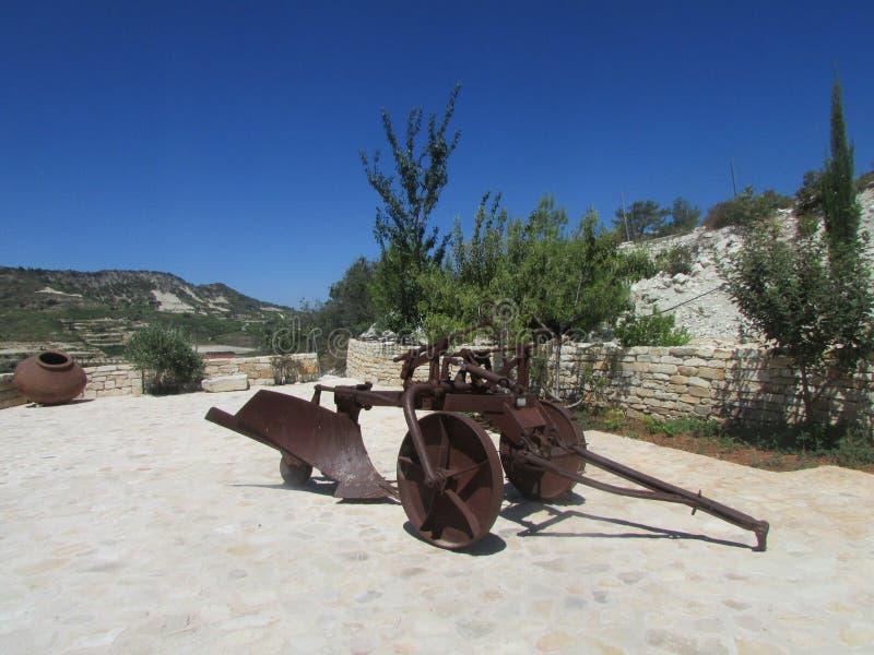 Wytwórnii win centrala Cypr antyczny pług obraz stock