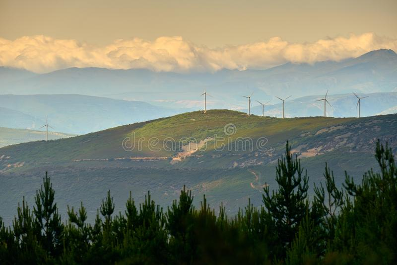Wytwarzanie Siły Eolic silników wiatrowych pole W Hiszpania fotografia royalty free