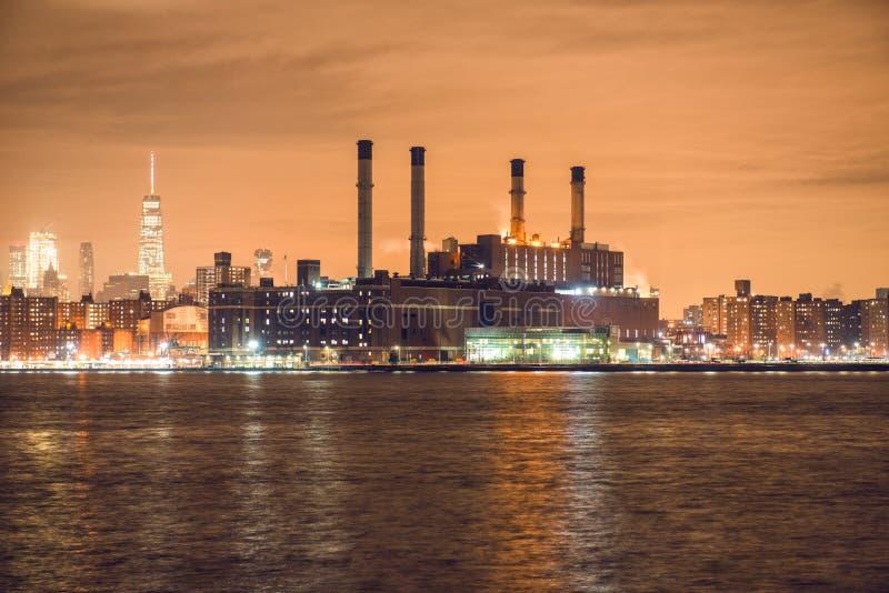 Wytwarzanie siły roślina w Miasto Nowy Jork przy nighttime na brzeg rzeki obraz royalty free