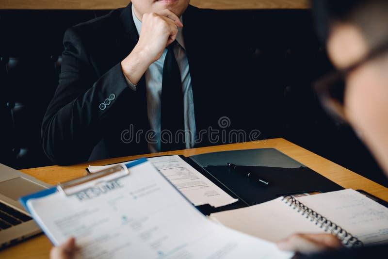 Wywiadu pokój podczas gdy personel przygotowywa dokumenty z kierownikiem patrzeje akuratność zdjęcie stock