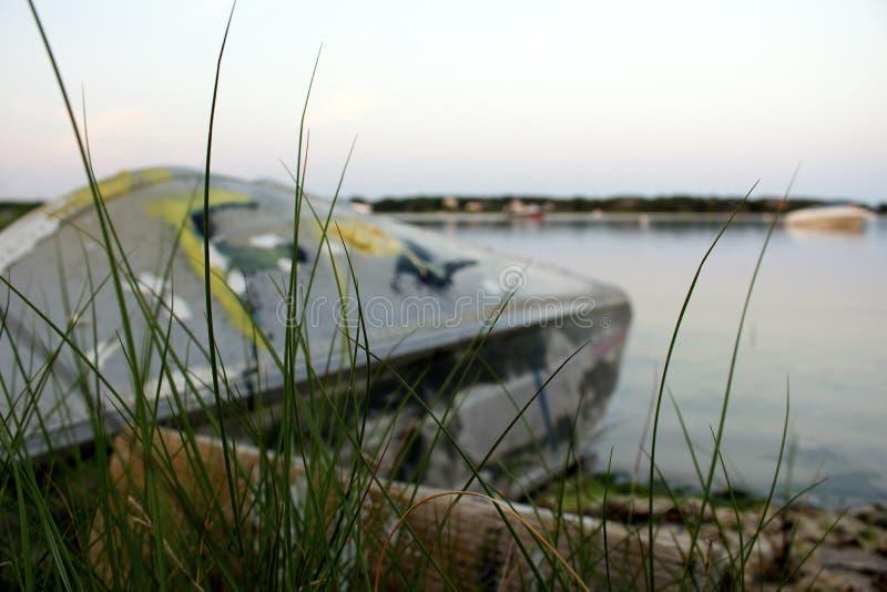 Wywrócona łódź na plaży zdjęcia royalty free