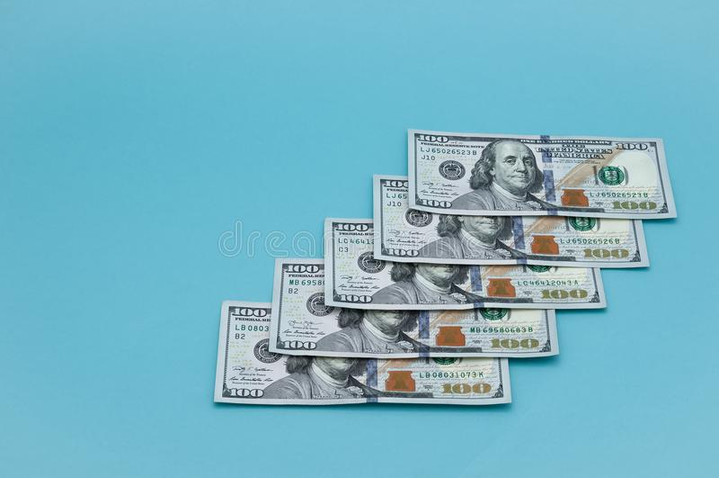 Wyznania sto Amerykańskich dolarów na błękitnym tle obrazy stock