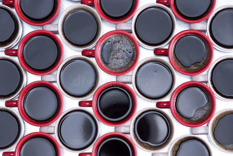 Wzór czarna kawa w czerwonych i bielu kubkach zdjęcie royalty free