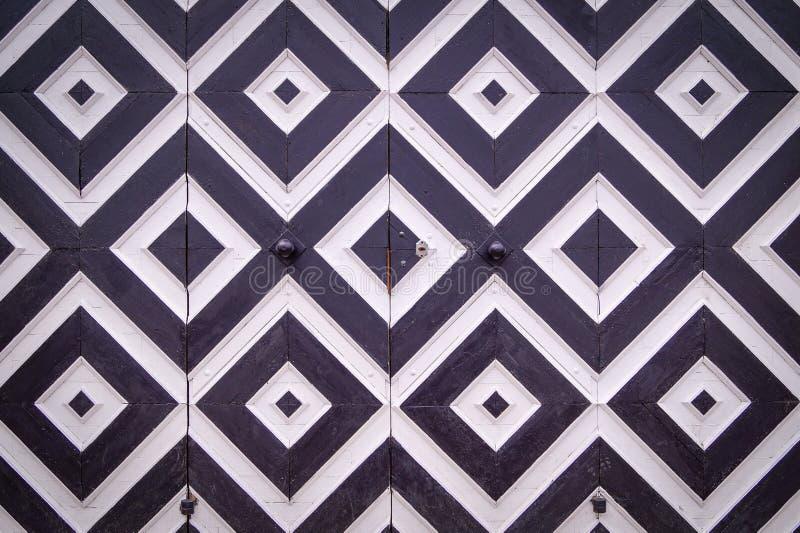 Wzór czarny i biały rhombuses na starych drzwiach zdjęcie stock