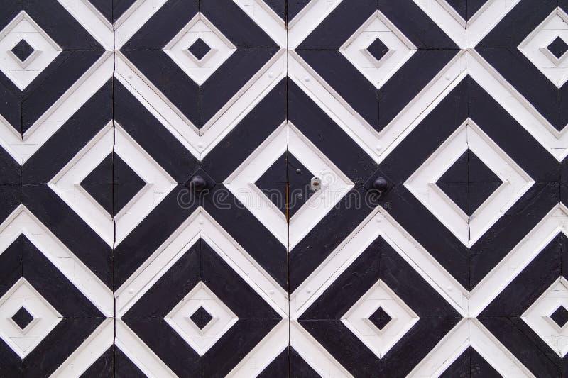 Wzór czarny i biały rhombuses na starych drzwiach zdjęcia royalty free