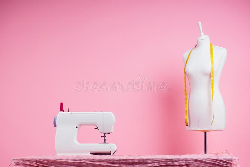 Wzór do szycia, maszyna do szycia i maniak w różowym tle studyjnym szablon krzywej usług krawat tworzy fotografia stock