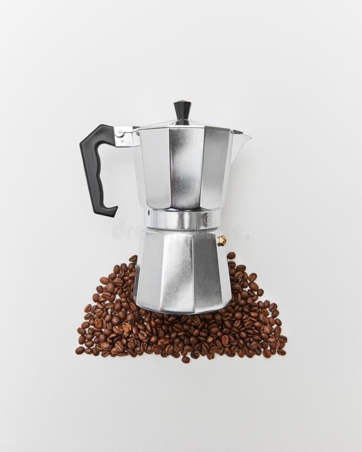 Wzór kawowe fasole i metalu kawowy producent na szarym tle z przestrzenią dla teksta Pojęcie ranek kawa obrazy stock