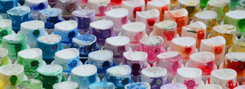 Wzór od wiele nozzles od farby natryskownicy dla rysunkowych graffiti, mażącej w różnych kolory Plastikowe nakrętki są arra zdjęcia stock
