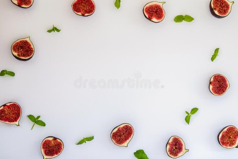 Wzór pokrojone dojrzałe figi z nowymi liśćmi odizolowywającymi na białym tle Owocowa ilustracja Karmowa fotografia Mieszkanie nie obraz stock