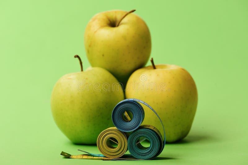 Wzór robić jabłka zbliża błękitne i żółte taśm miary zdjęcia stock
