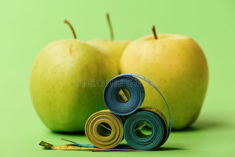 Wzór robić jabłka zbliża błękitne i żółte taśm miary obrazy stock