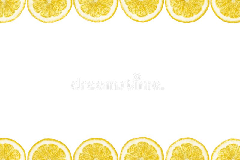 Wzór robić od świeżych cytryna plasterków na białym tle z kopii przestrzenią w środku Zasięrzutny widok, flatlay owocowy tło pokr fotografia stock
