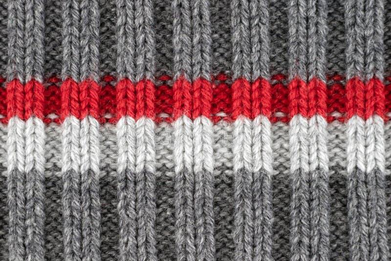 Wzór szarość, czerwieni i bielu wełny przędzy dziewiarską teksturą, Kraft handmade zdjęcia stock