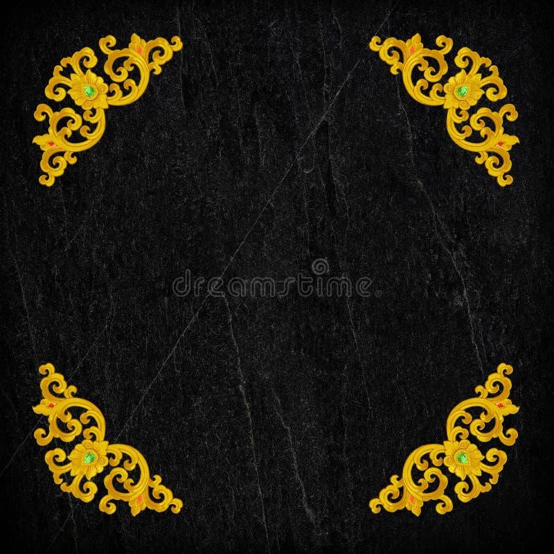 Wzór złocisty Sztukateryjny kwiat na czerń kamieniu zdjęcie royalty free