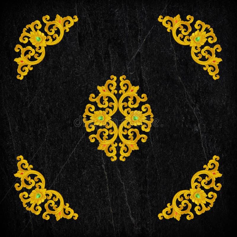 Wzór złocisty Sztukateryjny kwiat na czerń kamieniu obraz stock