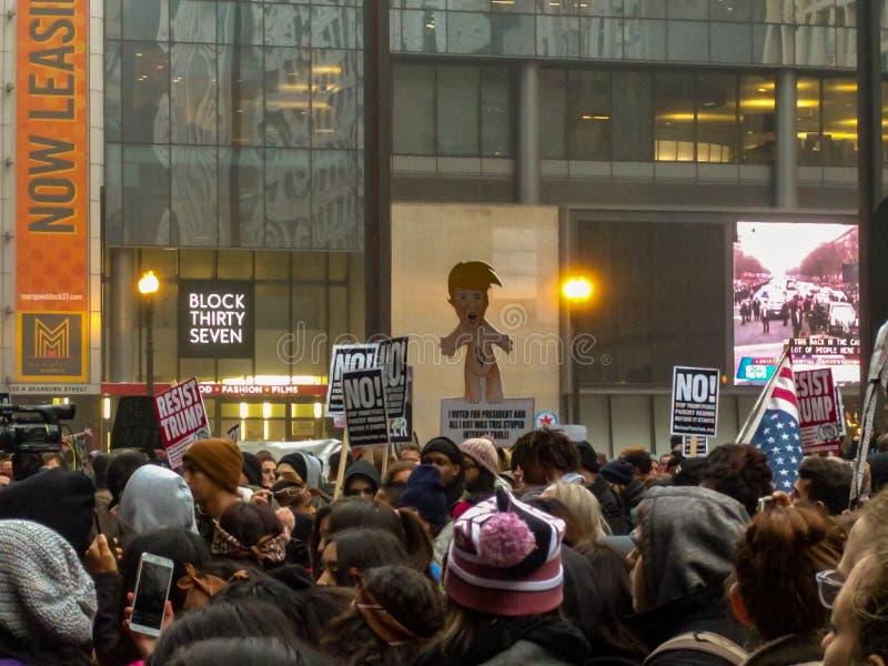 Wzburzeni mieszkanowie protestują inaugurację Donald atut przy Daley placem w Chicago fotografia stock