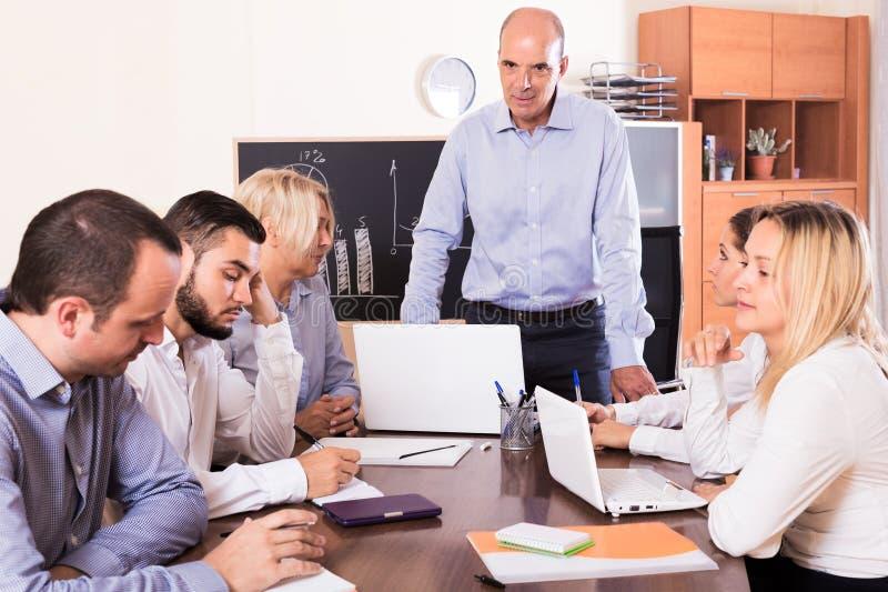 Wzburzona biznes drużyna w biurze zdjęcia royalty free