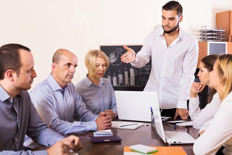 Wzburzona biznes drużyna w biurze zdjęcia stock