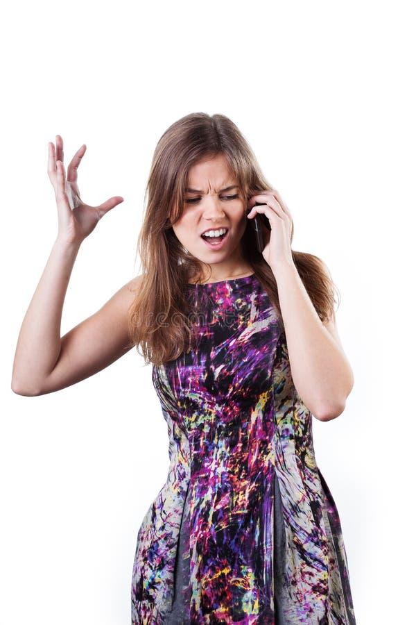 Wzburzona dziewczyna opowiada na telefonie obraz stock