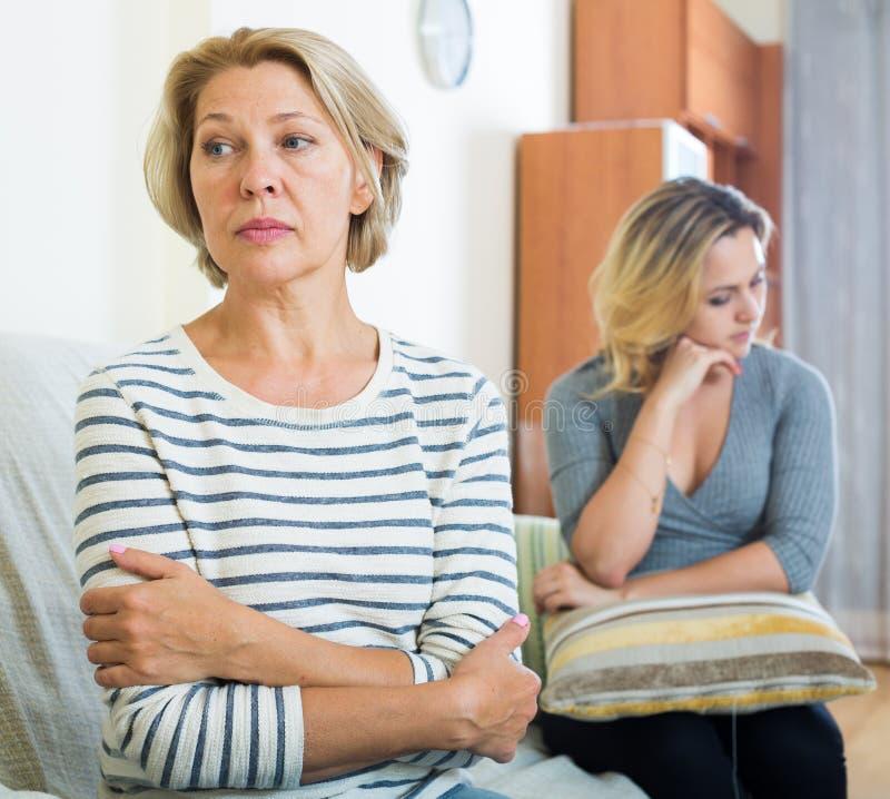 Wzburzona młoda kobieta i senior matkujemy mieć bad dyskutujemy salowego obraz royalty free