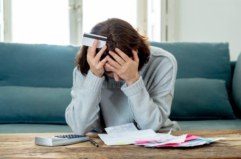 Wzburzona młoda kobieta stresował się o kart kredytowych zapłat i długów księgowości szczęśliwych finansach obraz stock