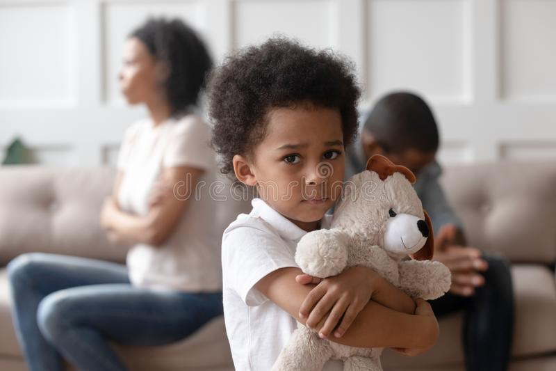 Wzburzona mała afrykańska dziecko chłopiec mienia zabawka patrzeje kamerę obrazy royalty free