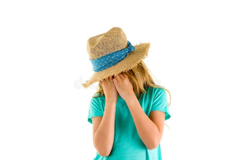 Wzburzona mała dziewczynka zaszlochana w jej ręki obrazy stock