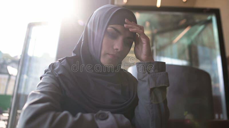 Wzburzona Muzułmańska damy cierpienia samotność, myślący problem, zawstydzony społecznością zdjęcia royalty free