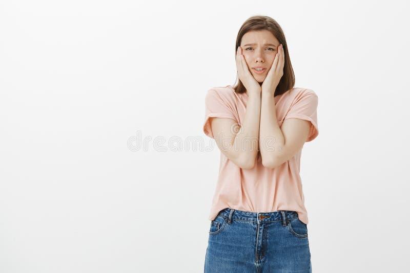 Wzburzona nerwowa dziewczyna no zna czego robić, być w trudnej sytuaci Smutna kobieta w przypadkowych koszulki mienia rękach dale fotografia stock