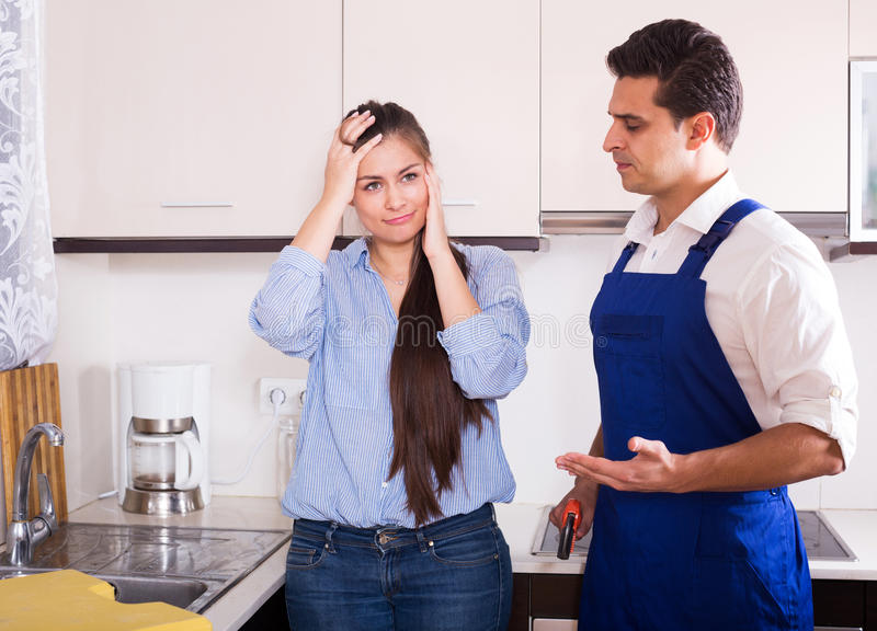 Wzburzonej kobiety rozzłościć złote rączki z narzekają zdjęcie stock