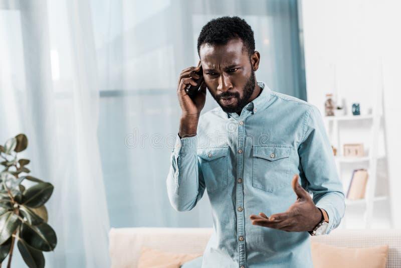 wzburzony amerykanin afrykańskiego pochodzenia mężczyzny opowiadać obraz stock