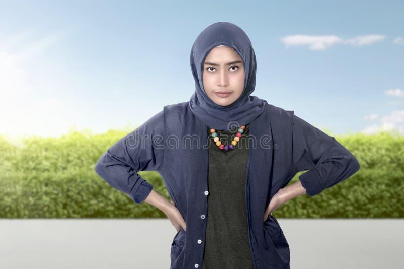 Wzburzony azjatykci żeński muzułmański z rękami obrazy stock