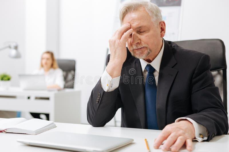 Wzburzony biznesmen wyraża rozpacz w biurze obraz stock