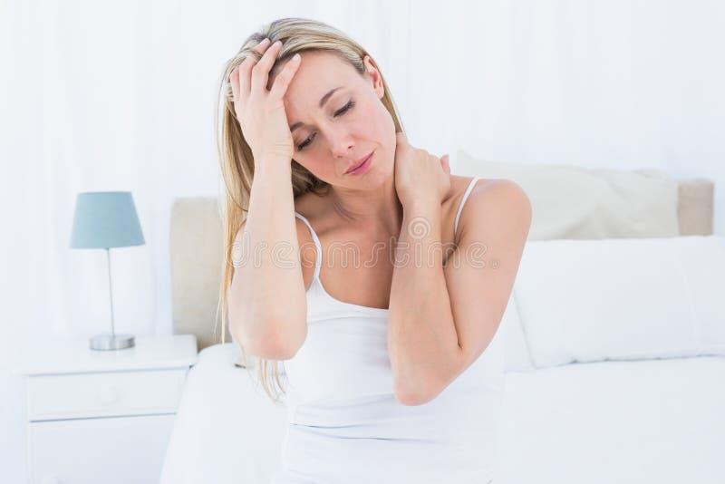 Wzburzony blondynki cierpienie od migreny i szyja bólu obraz royalty free