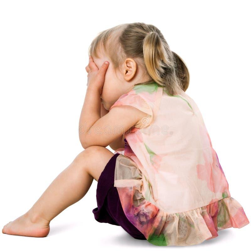 Wzburzony dzieciak chuje twarz z rękami. obraz stock